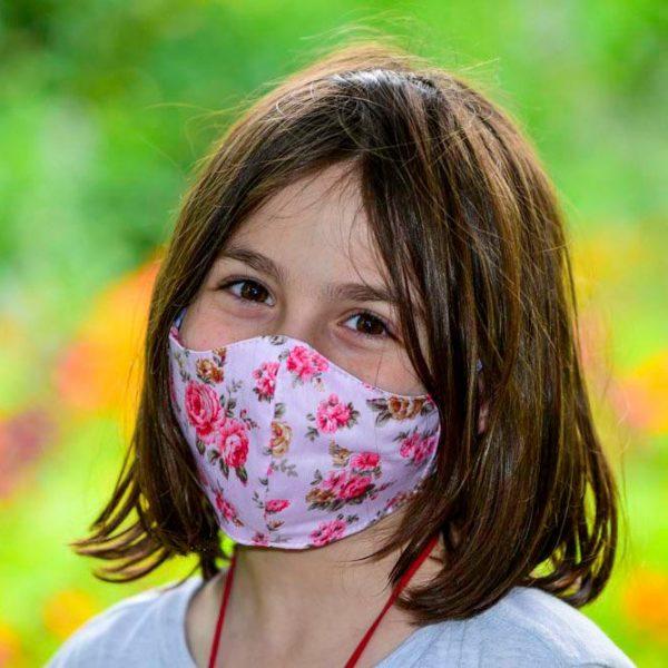 ילדה קטנה עם מסכת פנים פרחונית לילדים
