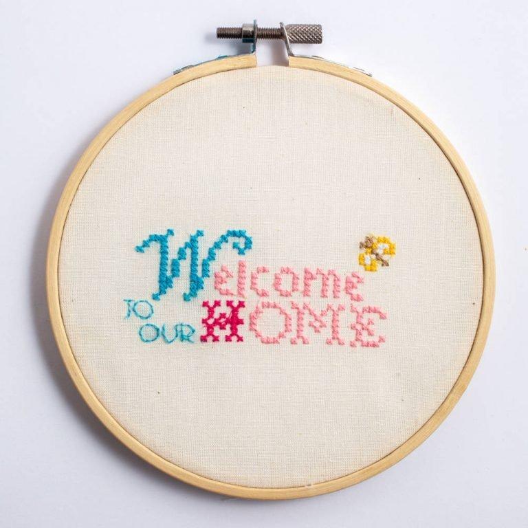 תמונת חישוק רקמה מעץ - WELCOME HOME