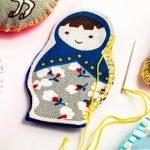 בובת כיס כחולה אשר נוצרה מערכה להכנת בובות לילדים