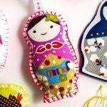 בובת כיס ורודה אשר נוצרה מערכה להכנת בובות לילדים