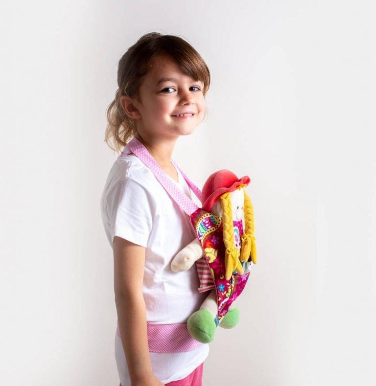 ילדה עם מנשא בובה