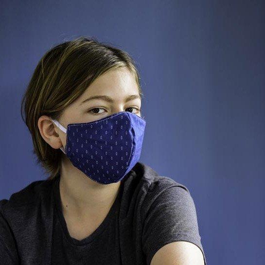 נערה עוטה מסכת פנים מעוצבת לנוער
